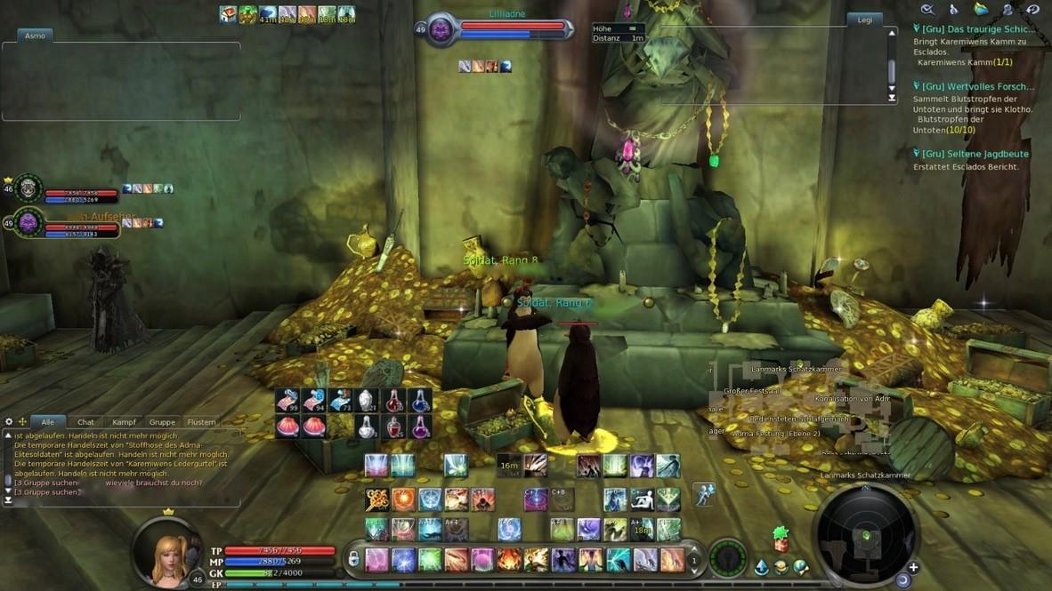 """Bild 2. Ein Screenshot aus dem Spiel """"Aion"""". Die beiden Figuren haben gerade einen Gegner erledigt, wofür sie eine Pinguin-Verwandlung benutzten. Sie sehen sich gegenseitig an, währenddessen reden die Spielerinnen mit dem Tool """"Teamspeak"""" über den Sieg. An der Seite links unten ist ein Ausschnitt des Chats zu sehen und wie andere in dieser Szene unbeteiligte Personen sich gerade im beinahe serverweiten Chat miteinander unterhalten."""